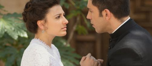 Una Vita, trame: il sacerdote Telmo sequestra Lucia e le confessa di amarla