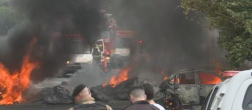 Avião caiu no meio da rua. (Reprodução/ TV Globo)