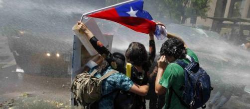 I cileni tornano in piazza per protestare contro le manovre del governo