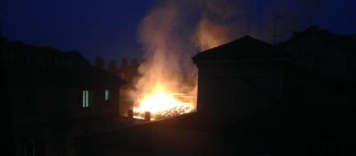 Una delle prime immagini dell'incendio che ha colpito la 'Cavallerizza Reale' oggi, 21 ottobre