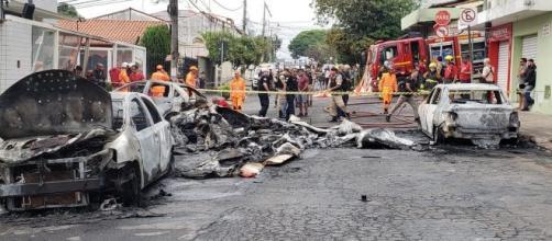 Avião de pequeno porte cai em bairro residencial de BH; três morrem. Reprodução/G1
