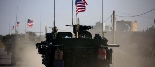 I mezzi dell'esercito americano sono stati bersagliati dal lancio di frutta e verdura marce.