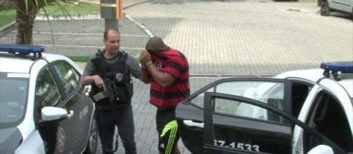 Suspeito é preso pela polícia no Rio de Janeiro. (Reprodução/Rede Globo)