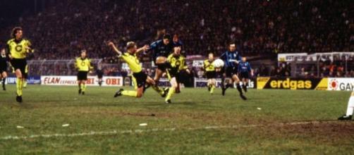 Wim Jonk in gol contro il Borussia Dortmund nella Coppa Uefa della stagione 1993/94