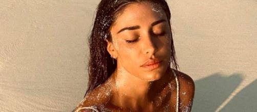 Belen Rodriguez ancora in vacanza alle Maldive, su IG la punzecchiano: 'Vai a lavorare'.