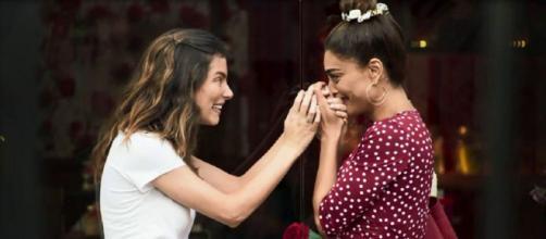 Joana (Bruna Hamú) e Maria da Paz (Juliana Paes) descobrem coincidências dos seus passados, em 'A Dona do Pedaço'. Reprodução/TV Globo
