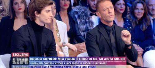 Polemica a distanza tra Selvaggia Lucarelli e Rocco Siffredi dopo un aneddoto dell'attore a luci rosse ospite a Live Non è la D'Urso.