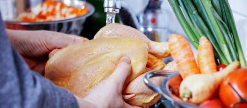 Lavar o frango antes de cozinhar pode colocar a saúde em risco. (Arquivo Blasting News)