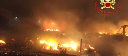 Una delle immagini degli incendi che stanno colpendo la Sardegna. La foto riguarda la situazione di Bosa. Fonte: 'Cagliaripad'