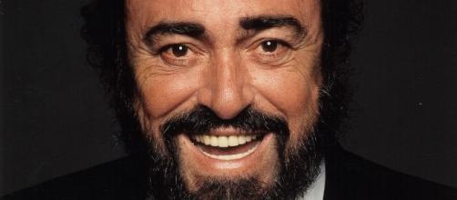 Una foto di archivio di Luciano Pavarotti. Photo credit: Decca.