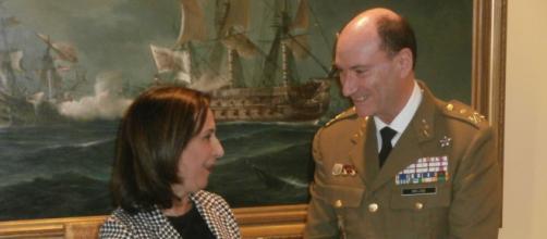 la ministra de defensa conversa con el Gral. Mejide nuevo jefe de la UME