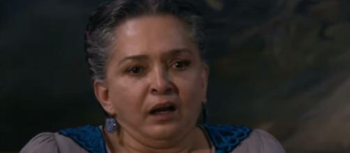 Maria fica surpresa ao ler carta de Elias. (Reprodução/Televisa)