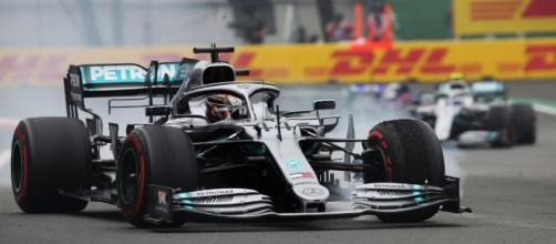 Hasta los adversarios empujan para que Lewis Hamilton llegue primero