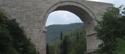 Narni, donna precipita dal ponte di Augusto. forse è gesto volontario