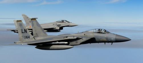 Un F-15 de EEUU vuela junto a un Eurofighter español en el Ocean Sky.