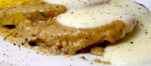 Un piatto sfizioso in cucina ideale per l'autunno: la crema di funghi con besciamella