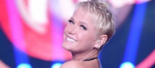 Xuxa posa sem parte de cima do biquíni e Instagram censura imagem. (Arquivo Blasting News)