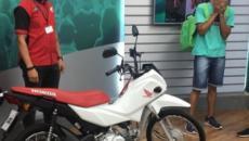 Entregador debochado por miss ganha moto de concessionária