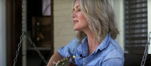Allison Moorer has moved from music to the pages in her story of family tragedy and healing, 'Blood.' [Image source: CTM/YouTube]