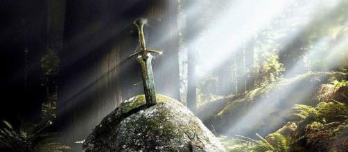 Archeologia, trovata una spada conficcata in una roccia in un fiume in Bosnia