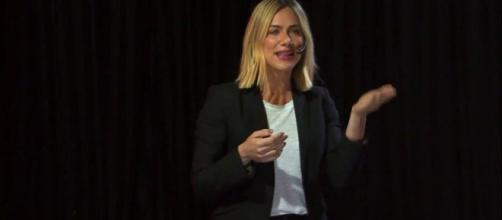 Giovanna Ewbank dá palestra e fala sobre adoção. (Reprodução/Youtube/@TEDx Talks)