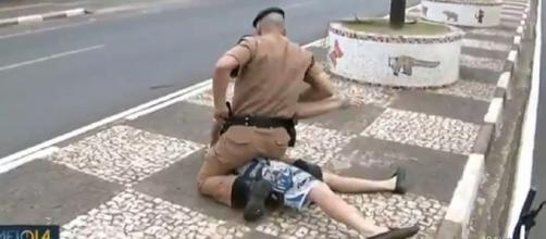 Homem é preso durante entrada ao vivo no 'Meio-Dia Paraná', em Foz do Iguaçu. (Reprodução/RPC)