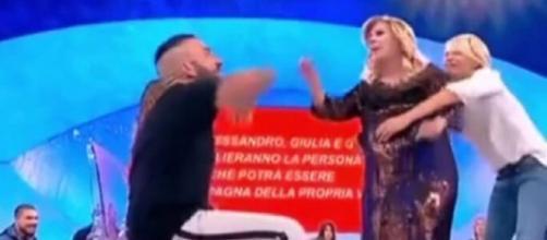 Tina litiga Damiano Er Faina e viene trattenuta a stento da Maria De Filippi