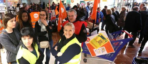 Lescar: le personnel de Carrefour manifeste dans les rayons - La ... - larepubliquedespyrenees.fr