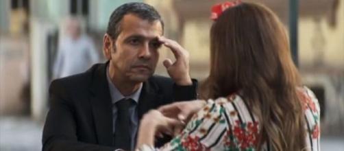 """Amadeu e Maria da Paz conversam em """"A Dona do Pedaço"""". (Reprodução/TV Globo)"""