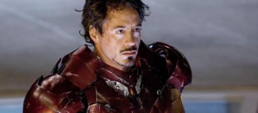 Iron Man viene 'mangiato' sui social da Deadpool.