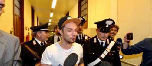 Milano, Marco Carta assolto per il furto di magliette alla Rinascente | tgcom24.mediaset.it