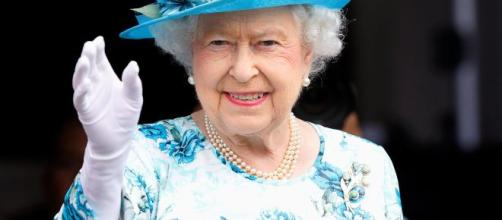 La regina Elisabetta è stanca, una mano finta la aiuta a salutare ... - gazzettadelsud.it