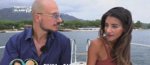 Temptation Island Vip, spoiler quinta puntata: Gabriele vede Silvia baciare il single