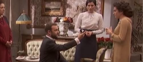 Il Segreto anticipazioni: Fernando chiede la mano di Maria Elena davanti alla Castaneda