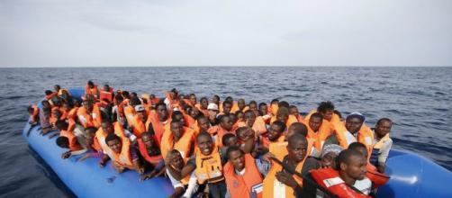 Migranti a bordo di un gommone.