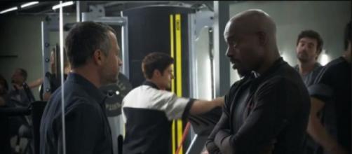 Agno e Adriano na busca pela pasta verde em 'A Dona do Pedaço'. (Reprodução/TV Globo)