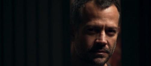 Agno planeja colocar hacker dentro da fábrica para roubar dinheiro de Fabiana. (Reprodução/TV Globo)