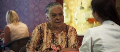 Dona Céu exige dinheiro de Fabiana em 'A Dona do Pedaço'. (Reprodução/TV Globo)