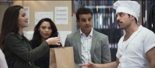 Fabiana dá bônus a Abel, em 'A Dona do Pedaço'. (Reprodução/TV Globo)