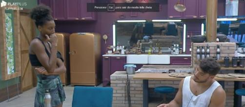 Lucas reclama de Hariany em conversa com Sabrina. (Reprodução/Record TV)