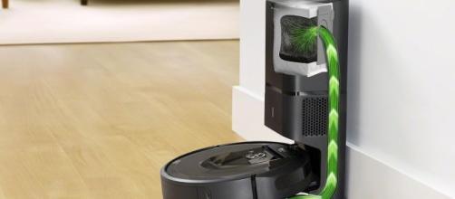 La Clean Base™ Automatic Dirt Disposal permette al Roomba i7+ di svuotare autonomamente il proprio sacchetto raccogli-sporco