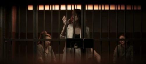 """Josiane acaba ficando """"famosa"""" na prisão de """"A Dona do Pedaço"""". (Reprodução/TV Globo)"""