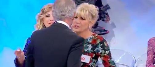 Uomini e Donne, Gemma emozionata per Juan Luis, Tina: 'È in preda a una crisi nervosa'