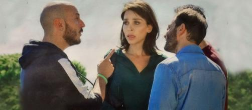 Carla Parisi (Vittoria Schisano) viene aggredita da tre loschi indivudui