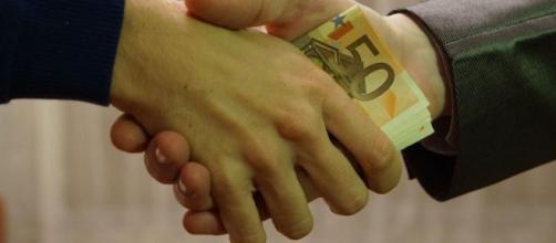 Evasione fiscale: stop al pagamento degli stipendi in contanti a colf e badanti, lo chiede la Corte dei Conti.