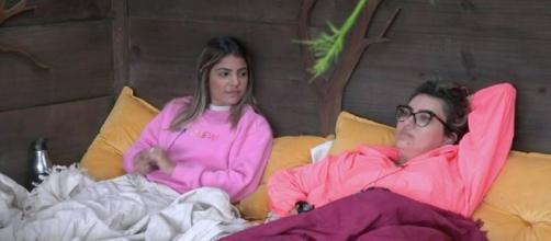 Hariany e Thayse conversam na casa da árvore em 'A Fazenda'. (Reprodução/RecordTV)
