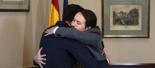 Pedro Sánchez y Pablo Iglesias se abrazan tras la comparecencia en la que han anunciado el acuerdo