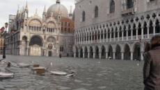 Venezia, danni ingenti e due morti: la città affonda ed il Mose ancora non c'è