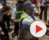 Apoiadores de Guaidó ocupam embaixada. (Reprodução/G1)