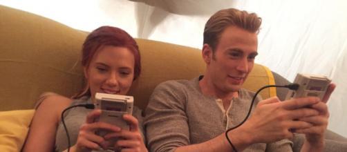 Scarlett Johansson e Chris Evans, os amigos de infância deram entrevista juntos. (Arquivo Blasting News)